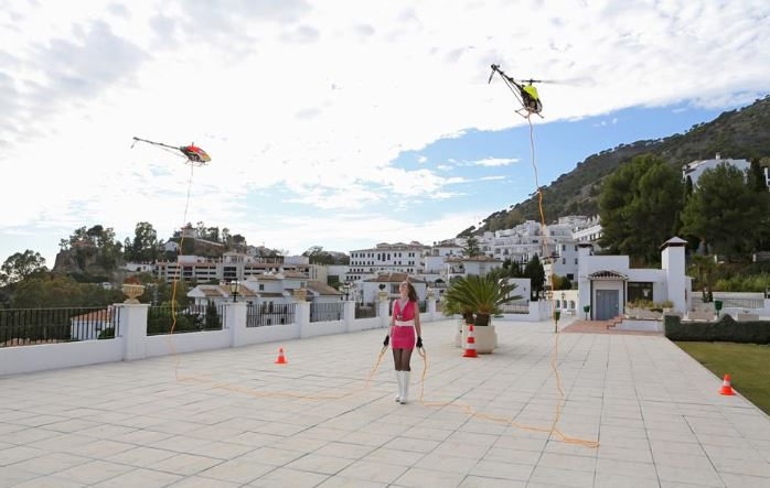 Can two 700-class RC helis lift a woman off the ground?